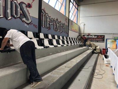 Τοποθέτηση καθισμάτων κερκίδας στο κλειστό γήπεδο της Χωράφας